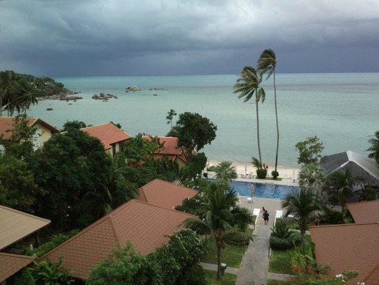 Palm Coco Mantra : Blick vom Zimmer auf Hotelanlage und Meer