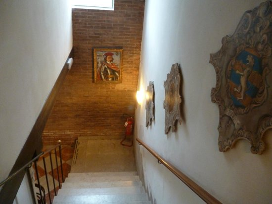 Hotel Al Sole: Atmospheric paintings of historic owners.