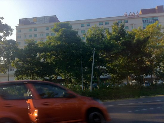 My Inn Hotel Lahad Datu : The hotel building as seen from the main road