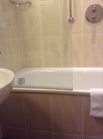 Bailbrook House Hotel : Bath in Room 110 ( an accessible room )