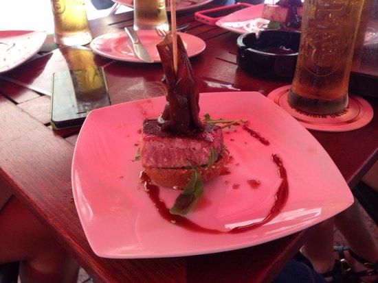 El Globo : Pintxo de atun rojo con cebolla caramelizada y rucula