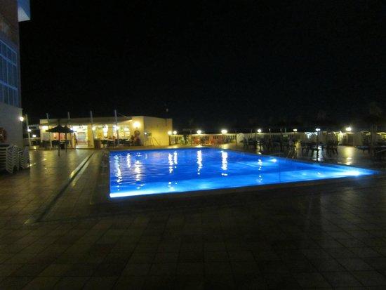 Globales America : piscine nocturne