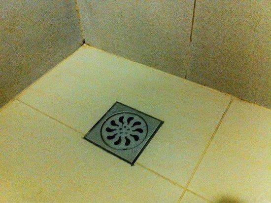 My Inn Hotel Lahad Datu : A frequently flooded bathroom floor