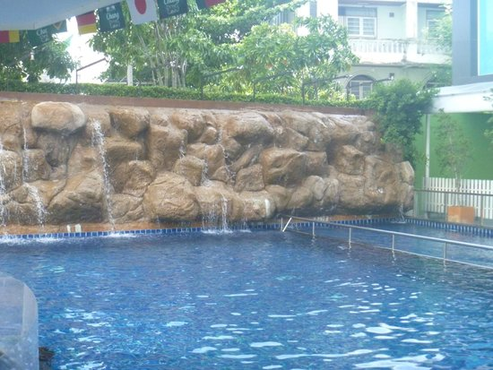 Centara Pattaya Hotel: Rock/water wall