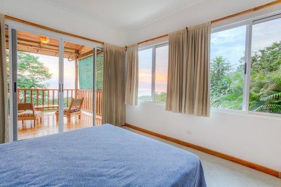 Vista Naranja Ocean View House : Aqua room and balcony