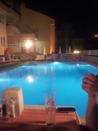 Club Ako Apartments: Night time by the pool