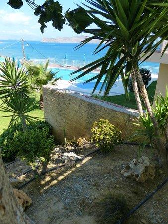 Renieris Hotel: Piscine et plage au fond