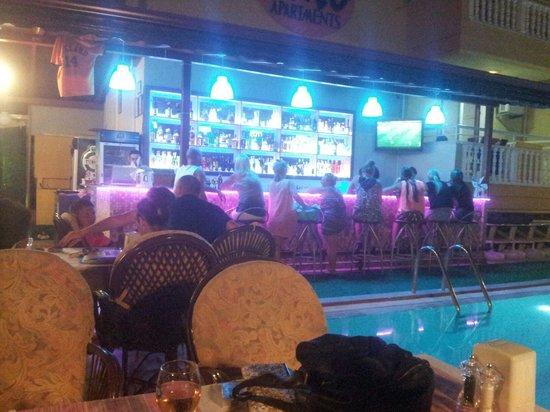 Club Ako Apartments: Bar