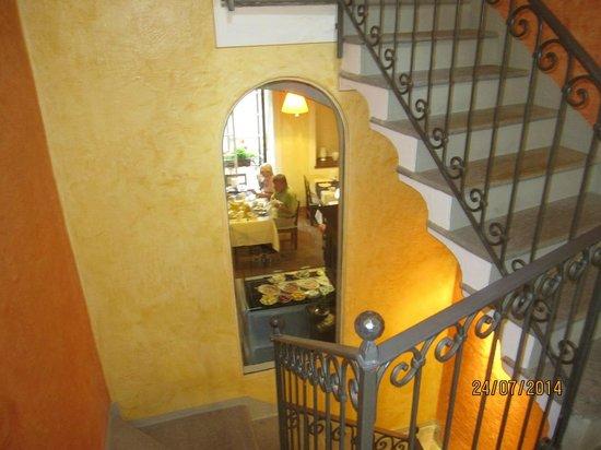 Hotel Pironi : Blick aus dem Treppenhaus in den Frühstücksraum.