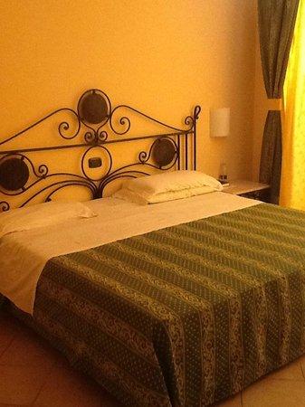 Fiesta Hotel Athènee Palace: Très grand lit