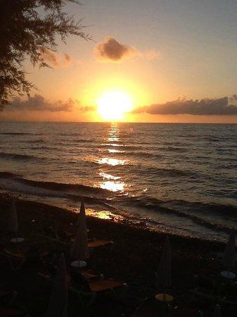 Fiesta Hotel Athènee Palace: vue du coucher de soleil sur la mer
