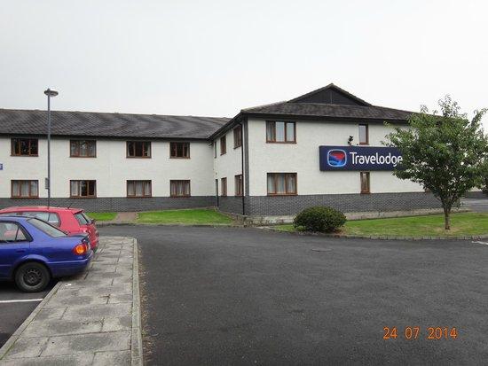Travelodge Limerick: Hotel entrance & Car Park
