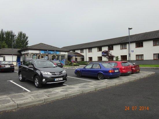 Travelodge Limerick: Car Park and Hotel entrance