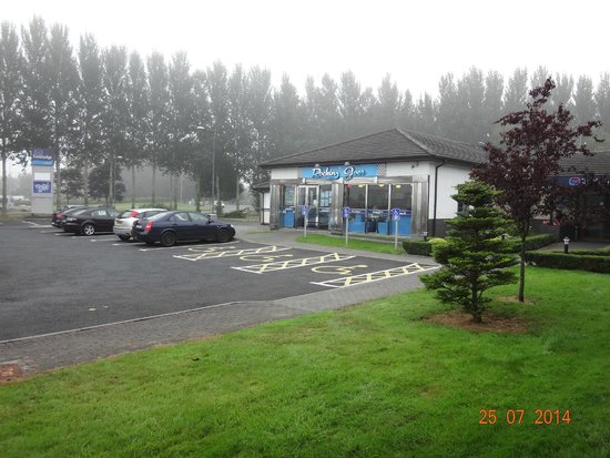 Travelodge Limerick: Car park