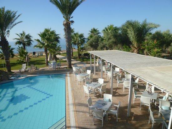 Simos Magic Beach Hotel Apartments: fra rom mot basseng og spisested