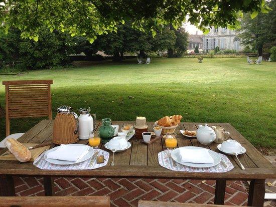 Chateau de Montreuil : breakfast on the terrace