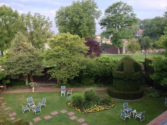 Chateau de Montreuil : relax in the garden