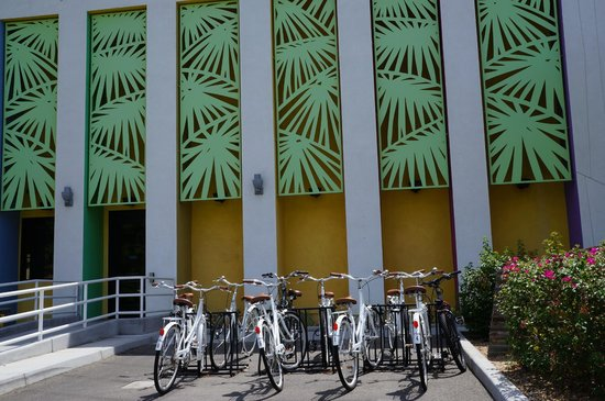 The Saguaro Palm Springs: Complimentary white bikes for guests/helmets also available