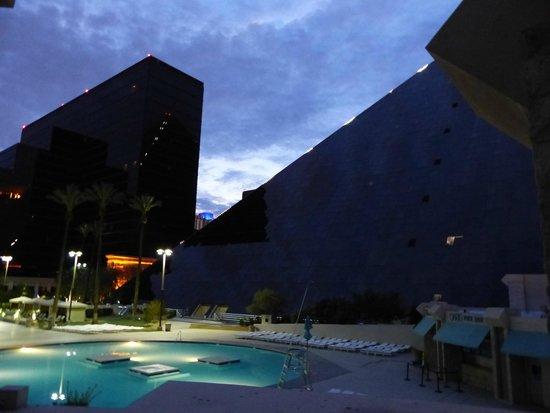 Luxor Las Vegas : Piscine et hôtel de nuit