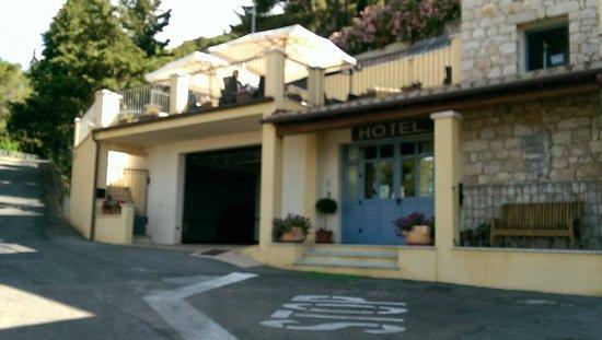 Hotel Bia Maore: Entrata e garage