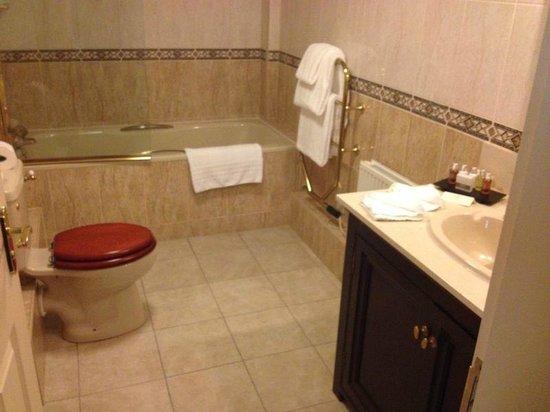 Tylney Hall: Bathroom in room 114