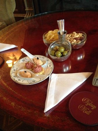 Tylney Hall: Canapes in the lounge.....