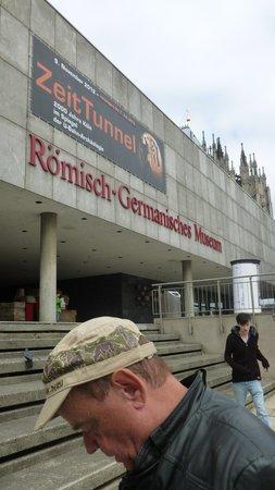 Römisch-Germanisches Museum: Na entrada do Museu