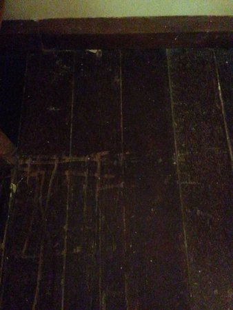 Nirwana Gardens - Nirwana Beach Club: Aged wooden flooring with loads of scratches, dirt and dust