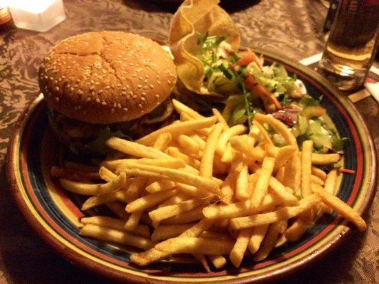 Restaurant Texas : Cheeseburger mit Pommes und Salatbeilage
