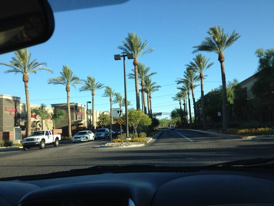 Hampton Inn & Suites Phoenix North/Happy Valley : Nice area for dining and shopping