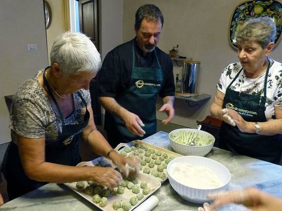 "Culture Discovery Vacations - Day Tours: Lorenzo reveals the secret of ""naked"" Ravioli"