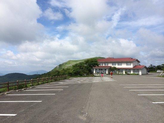 Tenguso : 正面から入ると分かりにくいけど、駐車場は裏にあります。