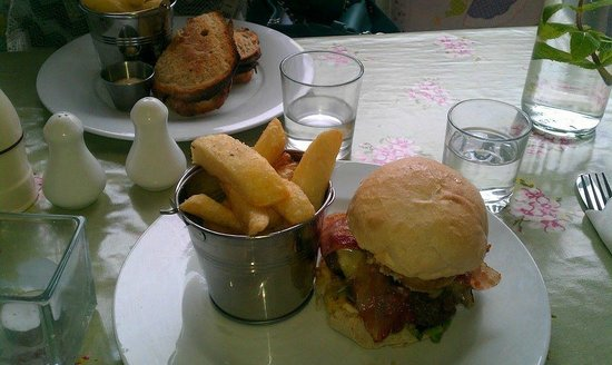 Primrose Cafe : Brisket burger with chunky chips