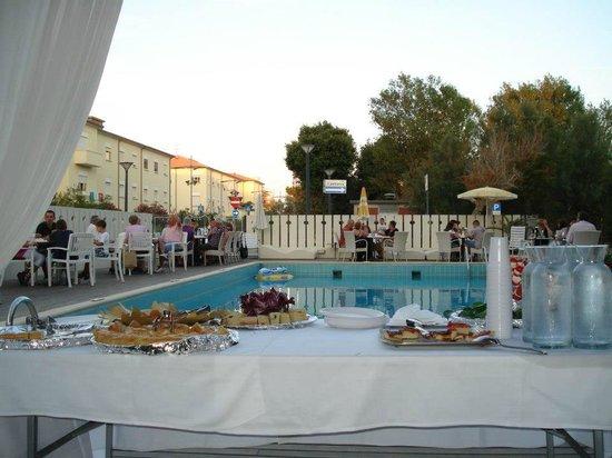 Una festa a bordo piscina all'hotel Alba di Misano