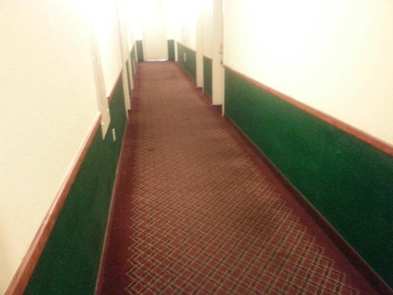Days Inn Sharonville: Hallways and general condition of building is poor.