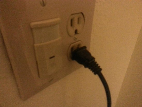 Days Inn Sharonville: Old outlets, cords will not stay in.