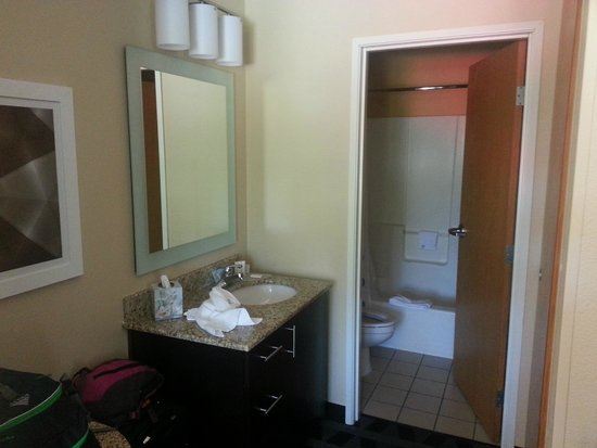 TownePlace Suites Bend: Room 206 - Bathroom area