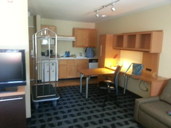 TownePlace Suites Bend Near Mt. Bachelor: Room 206 - Kitchenette and office desk in expanded mode