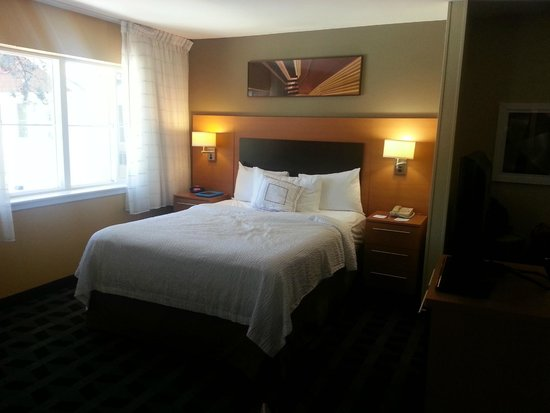 TownePlace Suites Bend Near Mt. Bachelor: Room 206 - Queen size bed opposite sleeper sofa