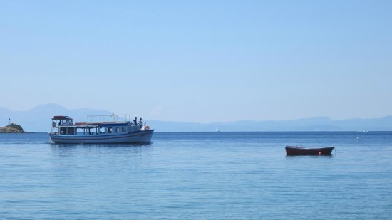 Hotel Esperides: The water taxi coming in
