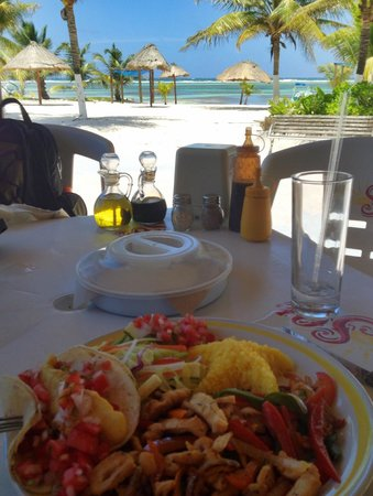 Nohoch Kay Beach Club: Fish tacos and fajitas