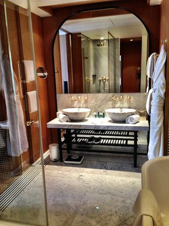 Hotel Vernet: My Bathroom at my suite