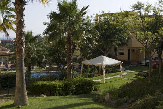 Colina Del Paraiso: Pool area / grass area