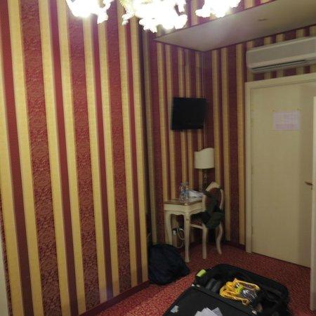 Alcyone Hotel: Desk and door