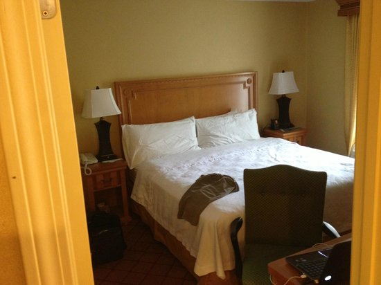 Homewood Suites by Hilton Boston Cambridge-Arlington: Master bedroom of king suite
