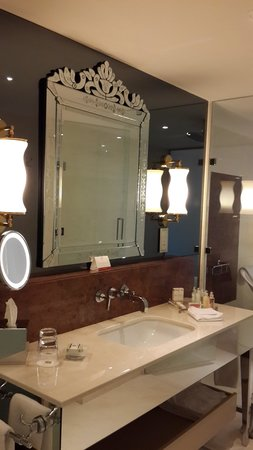 CVK Park Bosphorus Hotel Istanbul: Our room bathroom