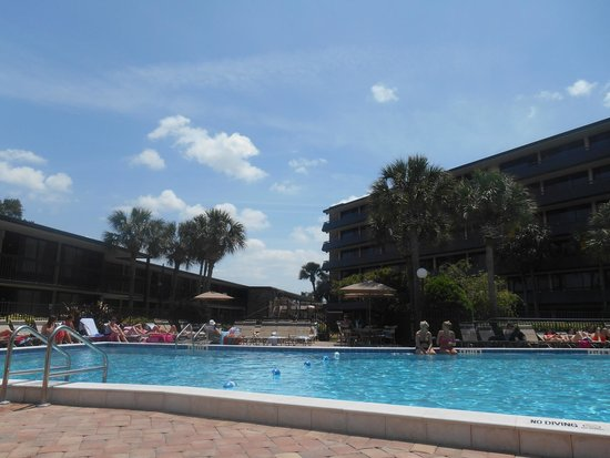Rosen Inn International: View of the pool/hotel