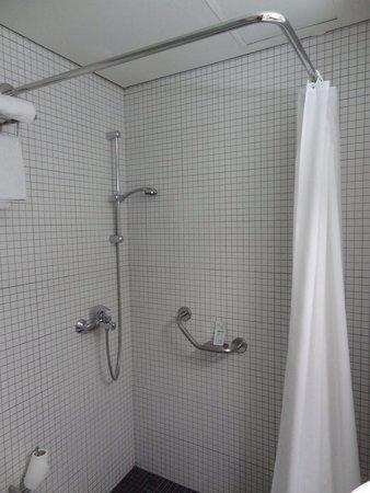 Atlantis City Hotel : Salle de bain un peu petite