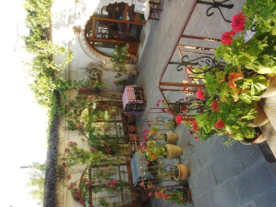 Cave Hotel Saksagan: 地学角度から撮った中庭