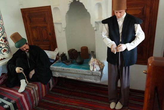 Mevlana Museum: Statues depicting how a disciple would stand close to his master, paying heed to all he did